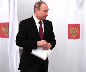 El Presidente ruso Vladimir Puti, ejerciendo el derecho al voto.