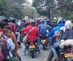bloqueos en la vía Guamal- El Banco para exigir transporte escolar.