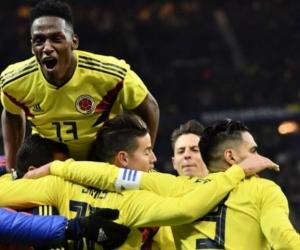 Los jugadores de la selección celebran la victoria.