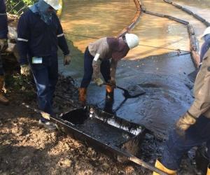 Técnicos de Ecopetrol intentando controlar el derrame.