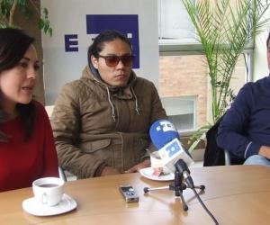 Yadira Aguagallo (i), pareja del fotoperiodista Paúl Rivas; Alejandro Ortega (c), hermano del periodista, Javier Ortega; y Cristian Segarra (d), hijo del conductor Efraín Segarra.