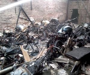 16 motocicletas fueron consumidas por las llamas.