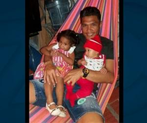 Teófilo Gutiérrez carga a su prima Arly Sarmiento Díaz (Izq.) en una foto publicada en su Instagram.
