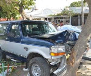La camioneta chocó contra un árbol.