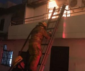 Incendio en El Rodadero fue atendido por los Bomberos.