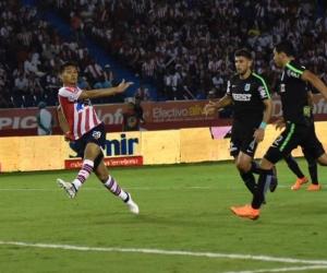 Zapatazo de Teófilo Gutiérrez para abrir el marcador.