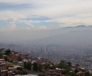El aire de Medellín es medido por las autoridades.