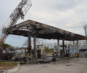 Así quedó la gasolinera luego del accidente del bus intermunicipal.