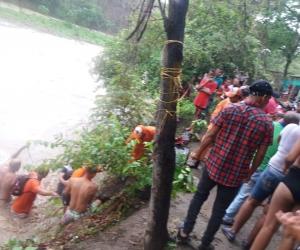 Momentos en que personal de la Defensa Civil realizaba las labores de rescate del personal atrapado en el río Frío.
