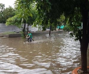 Por falta de un box culvert, la carrera 20 en el barrio Jardín se inunda con cualquier lluvia.