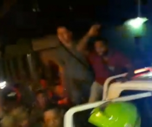 Momento en que la Policía y ejército subía en la patrulla a los secuestradores.