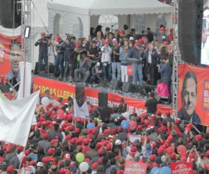 Bogotanos colmaron la Plaza de Bolívar, acompañando al candidato.