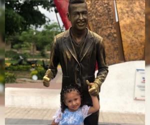 Paula Elena posó al lado de la estatua de su padre.