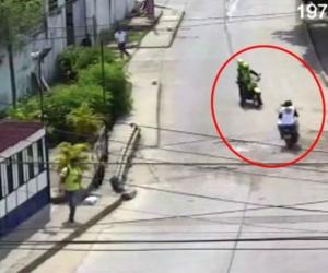 La situación fue captada por cámaras de seguridad.