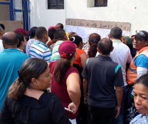 Congestión para consultar mesa de votación en el Liceo del Norte.