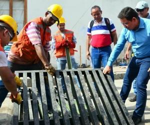 Momentos en que el Alcalde Martínez instala la rejilla.
