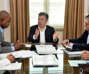 Presidente Santos reunido con ministros Luis Murillo y Germán Arce.