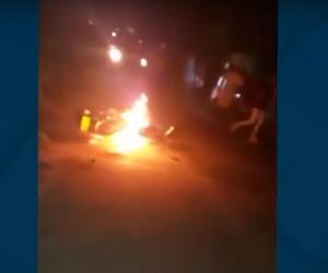 La comunidad les incendió la motocicleta.