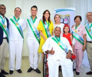 La gobernadora Rosa Cotes junto a los fundanenses homenajeados.