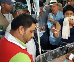 El Senador Álvaro Uribe supervisando la atención a los lesionados.