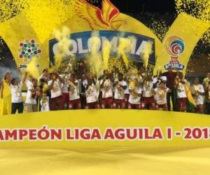 Los jugadores alzan el trofeo.