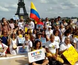 Militantes de Gustavo Petro en París