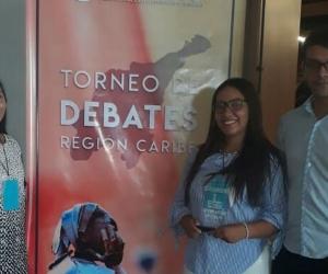 La joven de séptimo semestre del Programa de Economía Ana Pirela Ríos, quien hace parte del equipo de alumnos que concursó en este Torneo, junto con Vanessa Mier García y Daniel José Rueda Lobato, de sexto y cuarto semestre respectivamente, fue premiada por ocupar el primer lugar en oratoria entre todos los participantes de las diferentes universidades de la Costa Caribe colombiana.