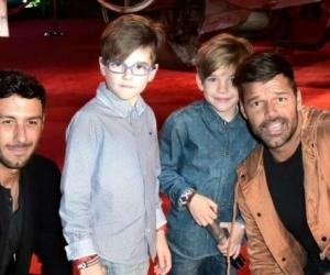 Ricky Martin en compañía de sus hijos y esposo.
