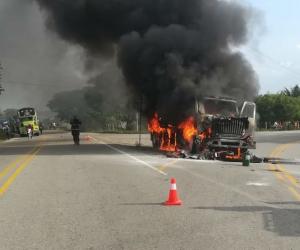El camión quedó calcinado tras el accidente.