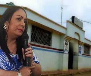 Claudia Patricia Aarón, diputada del Magdalena. Al fondo, el hospital del municipio de Concordia.