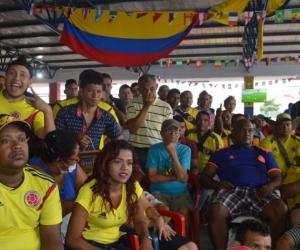 En el mercado, las personas se aglomeraron a ver el partido de Colombia.