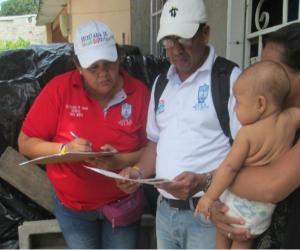 La actividad realizada, casa por casa, se desarrolló revisando, en primera instancia, los carnés de vacunación que deben brindar los padres de familia o cuidadores.