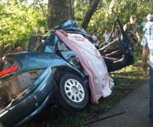 Al parecer, el conductor perdió el control del vehículo y chocaron contra un árbol.