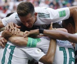 Los jugadores de México celebran tras la anotación.