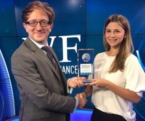 Andrea Zambrano, Directora Legal y de Asuntos Corporativos, recibió el premio en la Bolsa de Valores de Londres