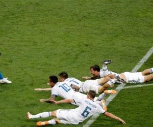 Jugadores rusos celebran la victoria tras el partido España-Rusia.