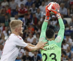 Danijel Subasic atrapa el balón en una jugada del partido.