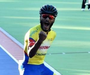 Alex Cujavante celebra su victoria.