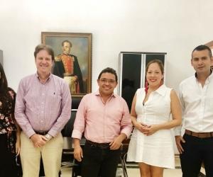 El alcalde de Santa Marta, Rafael Martínez en compañía de los representantes de la empresa panameña
