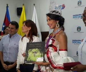 la Reina Internacional del Folclor, Isabella Margarita Vargas Mozo; en compañía de la la gobernadora del departamento del Magdalena, Rosa Cotes de Zúñiga y miembros de su gabinete.
