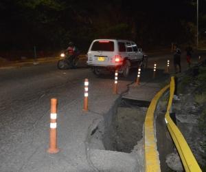 En la foto se ve el riesgo que corren las personas que trotan por la vía del Ziruma.