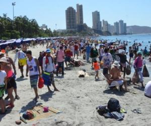 En esta foto captada al mediodía de ayer se puede palpar el lleno casi total de las playas de El Rodadero.