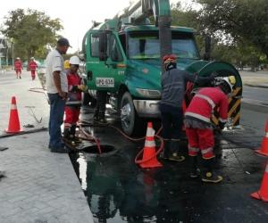 Las cuadrillas de Veolia y Essmar trabajando para superar la contingencia en El Cundí.