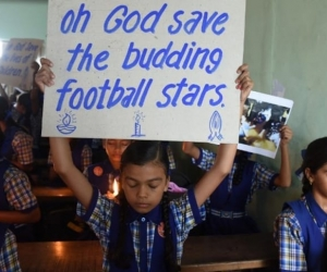 Amigos de los niños atrapados, orando en la escuela.