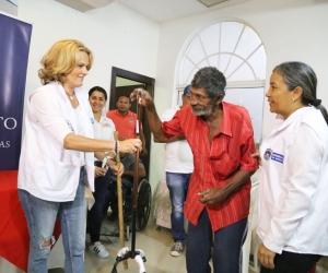 La gestora social, Luz María Cotes, hace entrega de las ayudas técnicas a la población discapacitada del departamento.