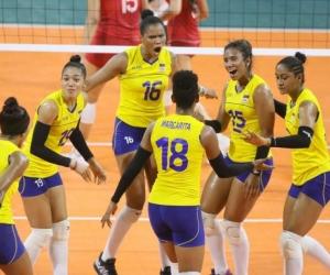 El equipo base de voleibol femenino durante el disputado partido ante México.