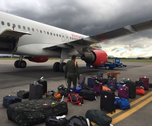 Al llegar a Bogotá, las maletas fueron revisadas por personal de seguridad del terminal aéreo.