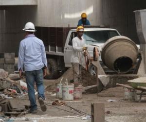 Obreros en el Estadio Sierra Nevada.