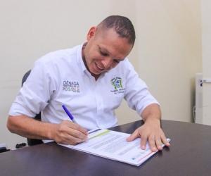 El alcalde de Ciénaga, Edgardo Pérez Díaz, firmó el contrato para el inicio de las obras.