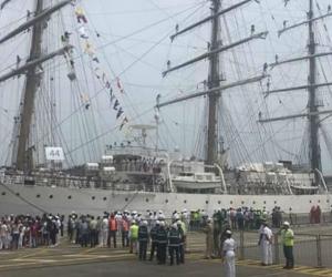 Visitantes a los veleros que llegaron a Santa Marta.